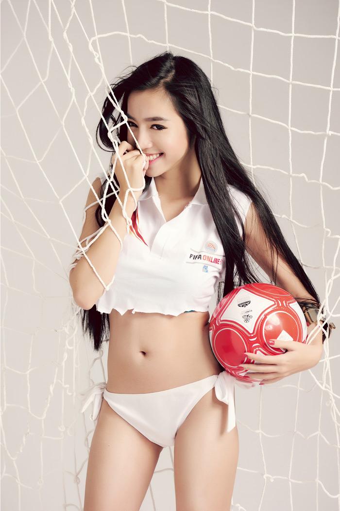 Elly Trần khoe đường cong nóng bỏng với FIFA Online 2 - Ảnh 1
