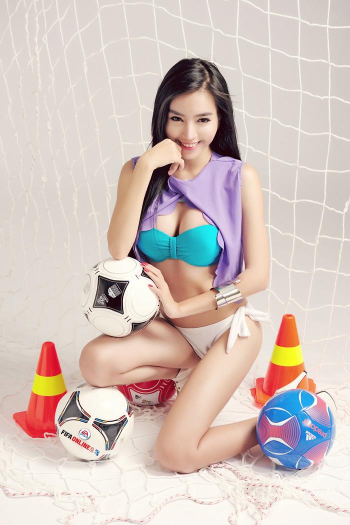 Elly Trần khoe đường cong nóng bỏng với FIFA Online 2 - Ảnh 3