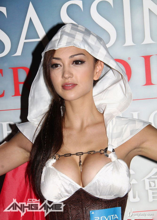 Cosplay khoe ngực khủng của Assassin's Creed III